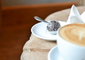 Gezonde bonbon en cappuccino bij 't Koffieboontje in Utrecht ©Susanne Sterkenburg